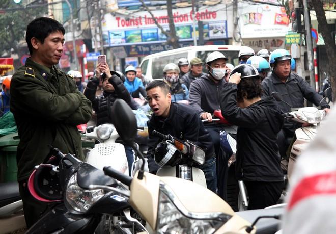 Hà Nội: Hàng trăm người rồng rắn xếp hàng mua bánh chưng, giò chả ăn Tết - Ảnh 7.