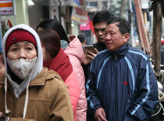 Hà Nội: Hàng trăm người rồng rắn xếp hàng mua bánh chưng, giò chả ăn Tết - Ảnh 8.