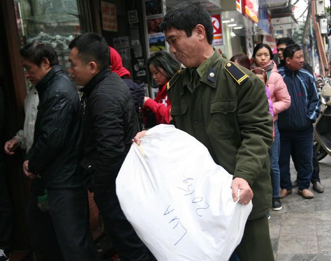 Hà Nội: Hàng trăm người rồng rắn xếp hàng mua bánh chưng, giò chả ăn Tết - Ảnh 9.