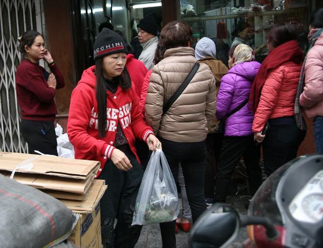 Hà Nội: Hàng trăm người rồng rắn xếp hàng mua bánh chưng, giò chả ăn Tết - Ảnh 11.
