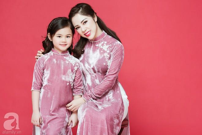 Rộn ràng ngày Xuân cùng những thiết kế áo dài dịu dàng cho mẹ và bé mặc trong dịp Tết này - Ảnh 7.