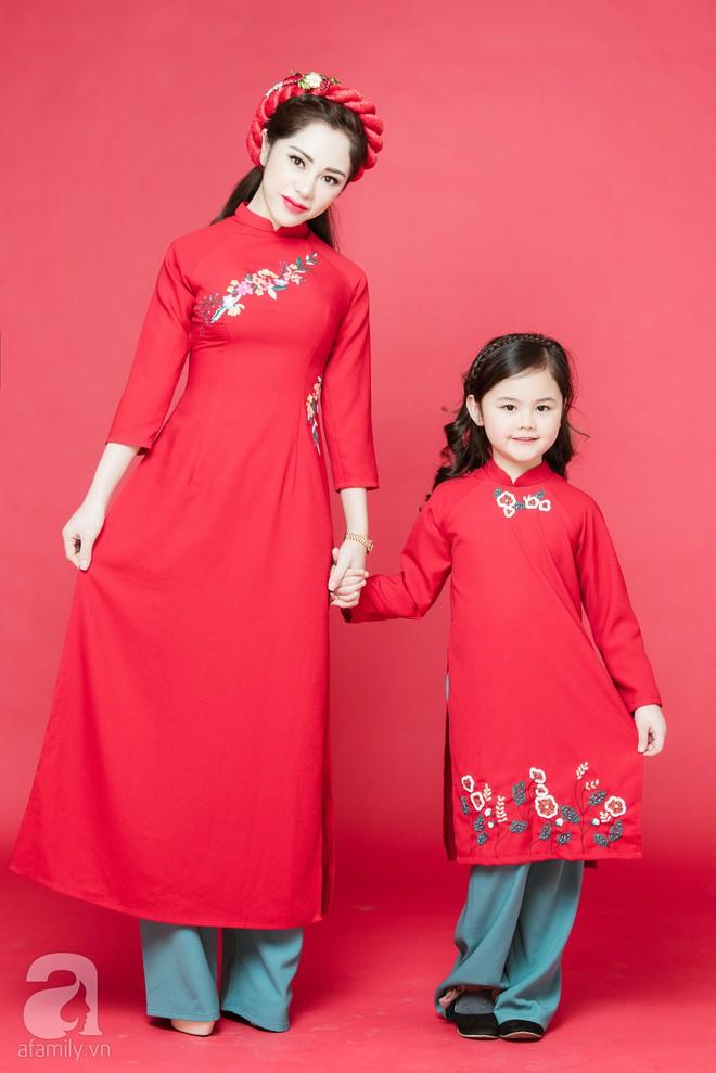 Rộn ràng ngày Xuân cùng những thiết kế áo dài dịu dàng cho mẹ và bé mặc trong dịp Tết này - Ảnh 2.