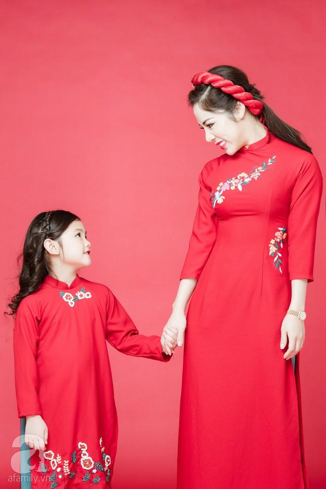Rộn ràng ngày Xuân cùng những thiết kế áo dài dịu dàng cho mẹ và bé mặc trong dịp Tết này - Ảnh 3.