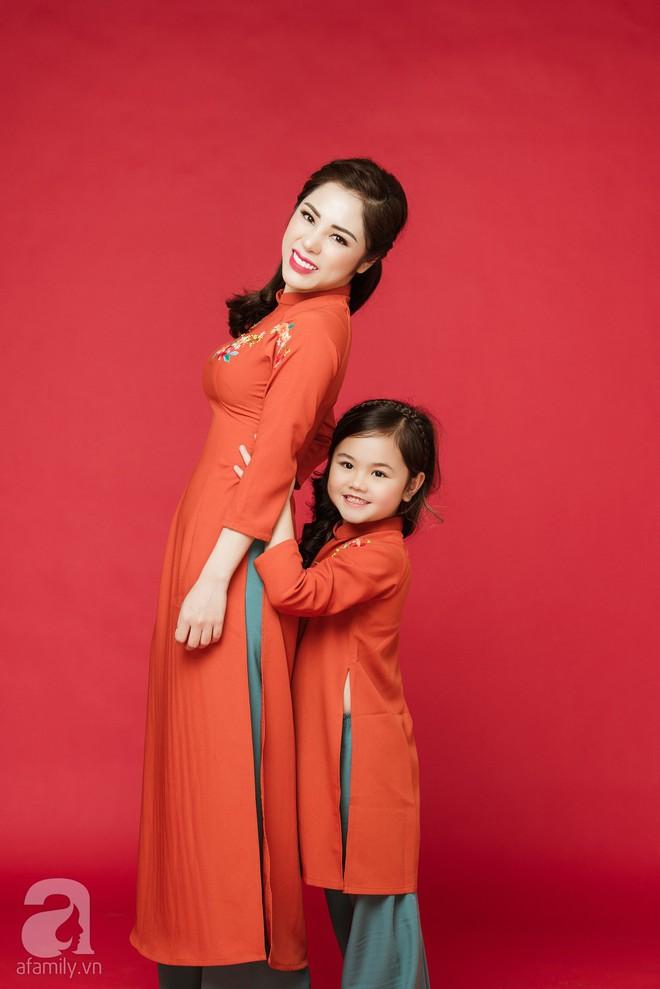 Rộn ràng ngày Xuân cùng những thiết kế áo dài dịu dàng cho mẹ và bé mặc trong dịp Tết này - Ảnh 4.