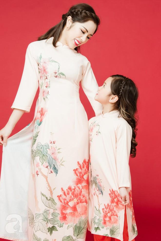 Rộn ràng ngày Xuân cùng những thiết kế áo dài dịu dàng cho mẹ và bé mặc trong dịp Tết này - Ảnh 16.