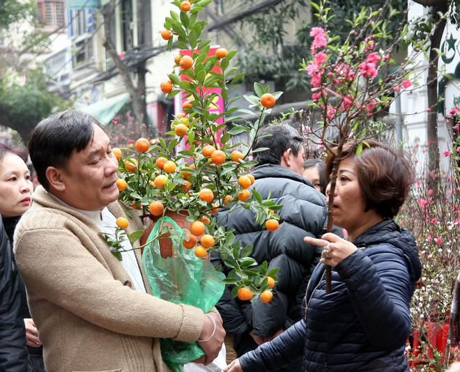 Cảnh nhộn nhịp, huyên náo tại chợ hoa cổ nhất Hà Nội ngày sát Tết - Ảnh 5.