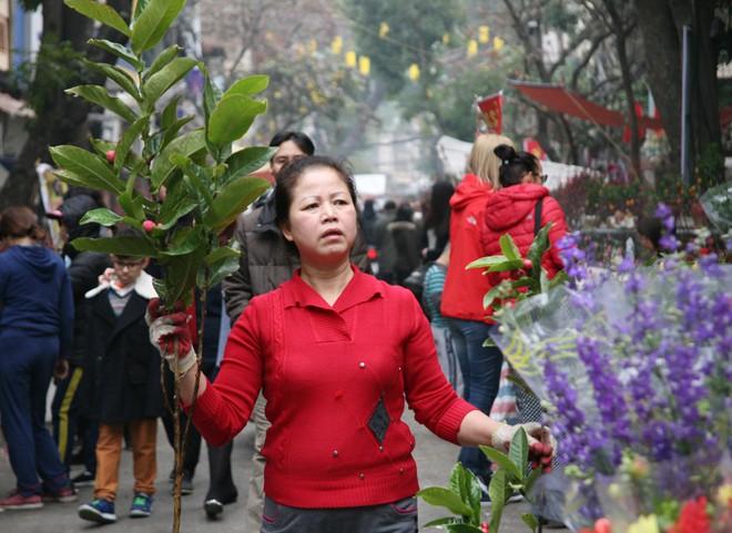 Cảnh nhộn nhịp, huyên náo tại chợ hoa cổ nhất Hà Nội ngày sát Tết - Ảnh 16.