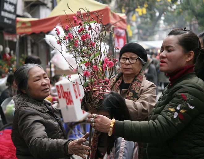 Cảnh nhộn nhịp, huyên náo tại chợ hoa cổ nhất Hà Nội ngày sát Tết - Ảnh 7.