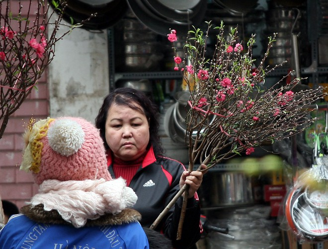 Cảnh nhộn nhịp, huyên náo tại chợ hoa cổ nhất Hà Nội ngày sát Tết - Ảnh 8.