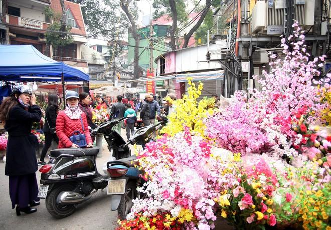 Cảnh nhộn nhịp, huyên náo tại chợ hoa cổ nhất Hà Nội ngày sát Tết - Ảnh 14.