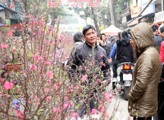 Cảnh nhộn nhịp, huyên náo tại chợ hoa cổ nhất Hà Nội ngày sát Tết - Ảnh 11.