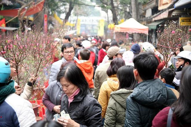 Cảnh nhộn nhịp, huyên náo tại chợ hoa cổ nhất Hà Nội ngày sát Tết - Ảnh 1.