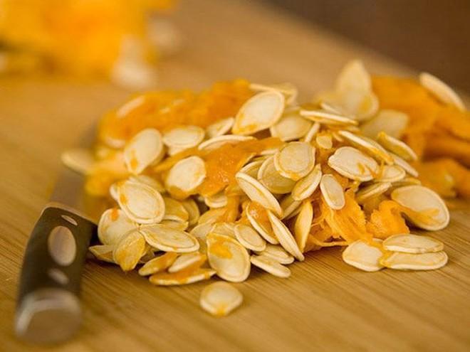 Những lý do để bạn nên ăn hạt bí đỏ ngày Tết - Ảnh 2.
