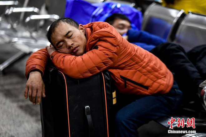 Chùm ảnh: Dù phải mệt mỏi đợi chờ tàu xe, trái tim của những người con tha hương vẫn một lòng hướng về quê mỗi dịp xuân về - Ảnh 2.