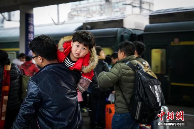 Chùm ảnh: Dù phải mệt mỏi đợi chờ tàu xe, trái tim của những người con tha hương vẫn một lòng hướng về quê mỗi dịp xuân về - Ảnh 3.