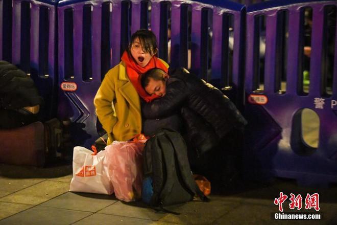 Chùm ảnh: Dù phải mệt mỏi đợi chờ tàu xe, trái tim của những người con tha hương vẫn một lòng hướng về quê mỗi dịp xuân về - Ảnh 4.