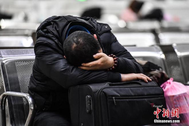 Chùm ảnh: Dù phải mệt mỏi đợi chờ tàu xe, trái tim của những người con tha hương vẫn một lòng hướng về quê mỗi dịp xuân về - Ảnh 5.