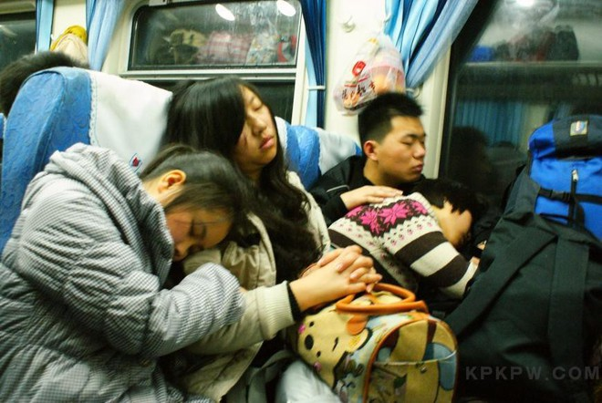 Chùm ảnh: Dù phải mệt mỏi đợi chờ tàu xe, trái tim của những người con tha hương vẫn một lòng hướng về quê mỗi dịp xuân về - Ảnh 9.