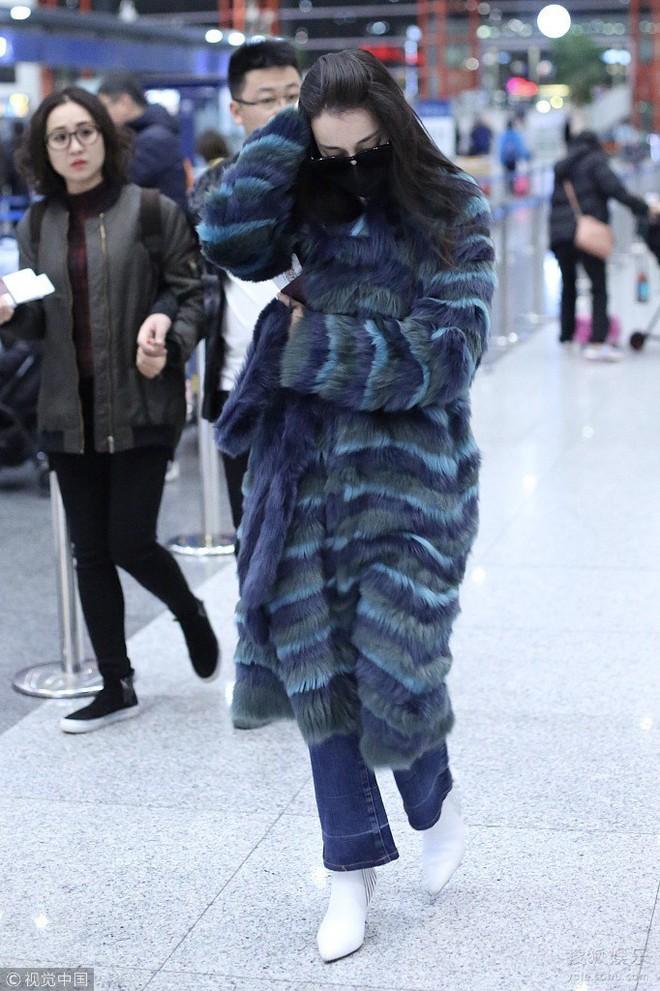 Chỉ ra sân bay, Địch Lệ Nhiệt Ba cũng mạnh tay sắm hẳn áo lông gần 400 triệu đồng - Ảnh 3.