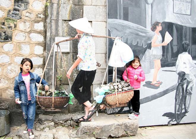 Người Hà Nội xúng xính áo dài Tết chụp ảnh trước cổng vòm phố Phùng Hưng - Ảnh 4.