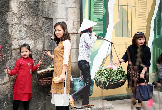 Người Hà Nội xúng xính áo dài Tết chụp ảnh trước cổng vòm phố Phùng Hưng - Ảnh 8.