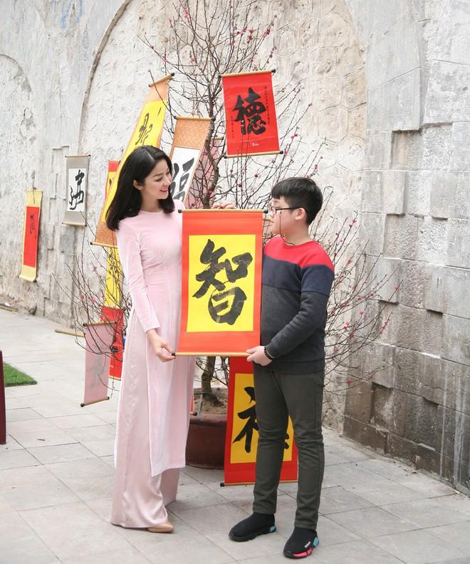 Người Hà Nội xúng xính áo dài Tết chụp ảnh trước cổng vòm phố Phùng Hưng - Ảnh 9.
