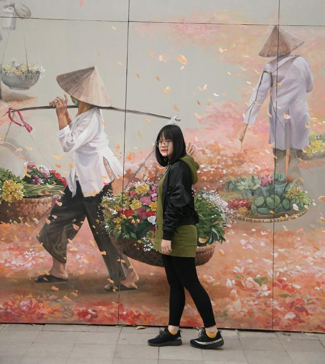Người Hà Nội xúng xính áo dài Tết chụp ảnh trước cổng vòm phố Phùng Hưng - Ảnh 10.