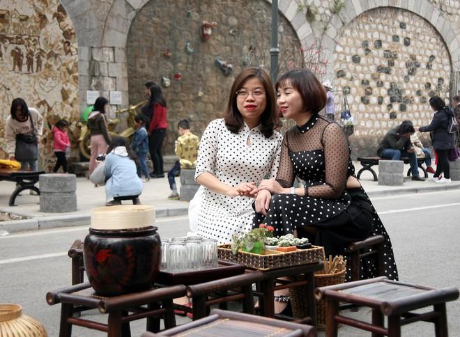 Người Hà Nội xúng xính áo dài Tết chụp ảnh trước cổng vòm phố Phùng Hưng - Ảnh 14.