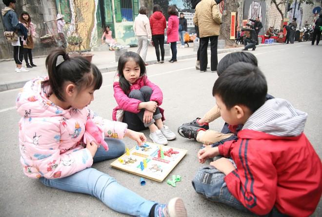 Người Hà Nội xúng xính áo dài Tết chụp ảnh trước cổng vòm phố Phùng Hưng - Ảnh 17.