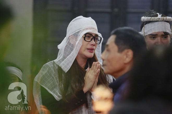 Trương Ngọc Ánh nghẹn ngào tiều tụy trong đám tang cha ruột - ảnh 1