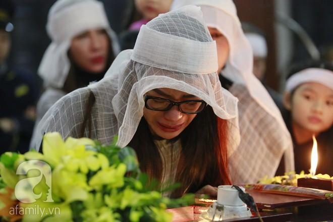 Trương Ngọc Ánh nghẹn ngào tiều tụy trong đám tang cha ruột - ảnh 7