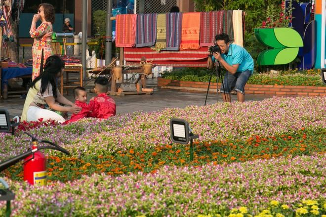 Người Sài Gòn nô nức tham quan đường hoa, hội hoa rực rỡ màu sắc - Ảnh 1.