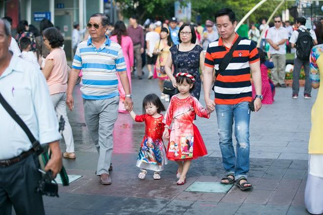 Người Sài Gòn nô nức tham quan đường hoa, hội hoa rực rỡ màu sắc - Ảnh 2.