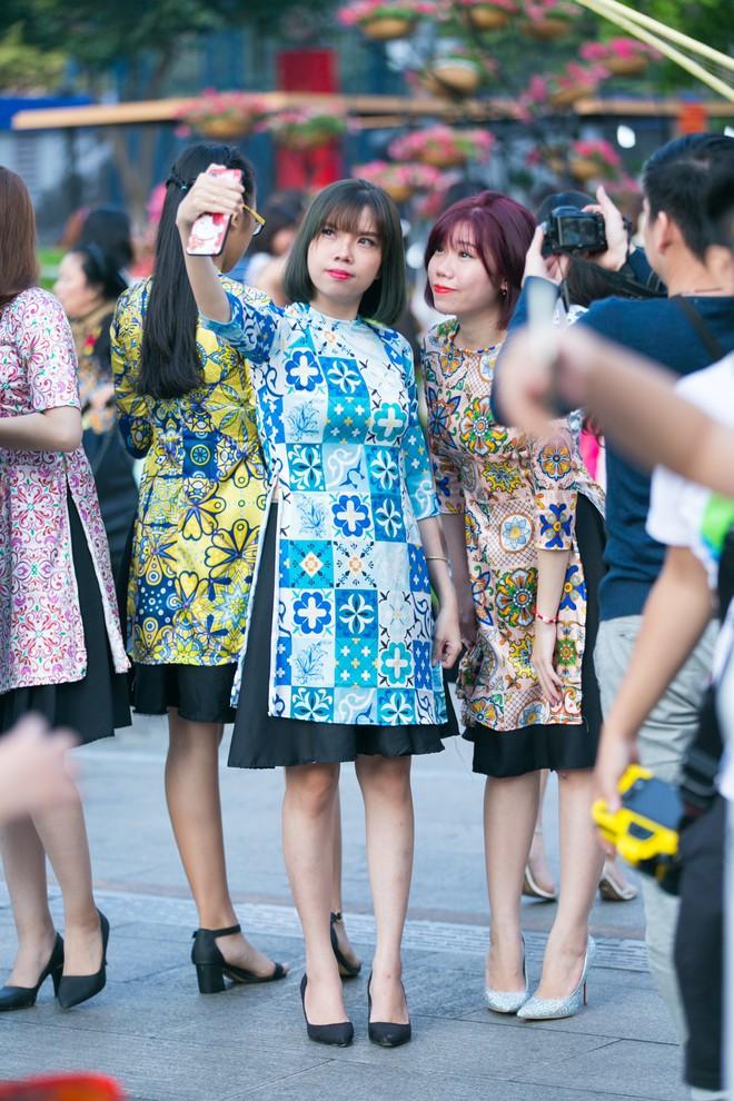 Người Sài Gòn nô nức tham quan đường hoa, hội hoa rực rỡ màu sắc - Ảnh 3.