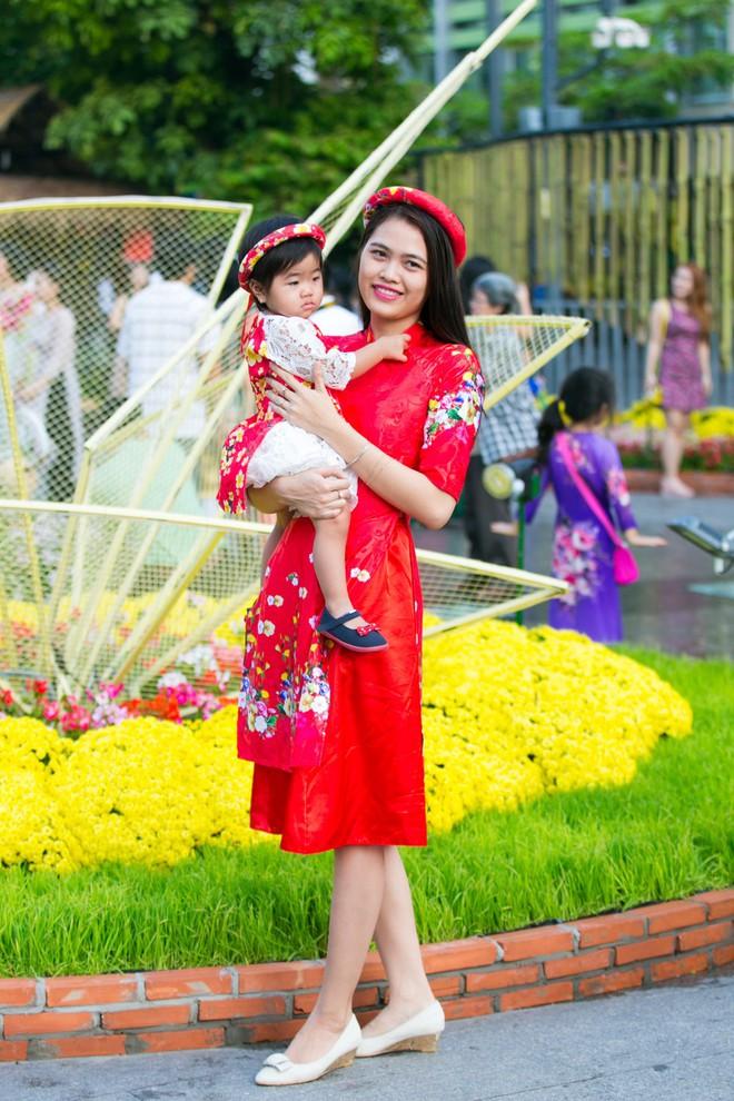 Người Sài Gòn nô nức tham quan đường hoa, hội hoa rực rỡ màu sắc - Ảnh 4.