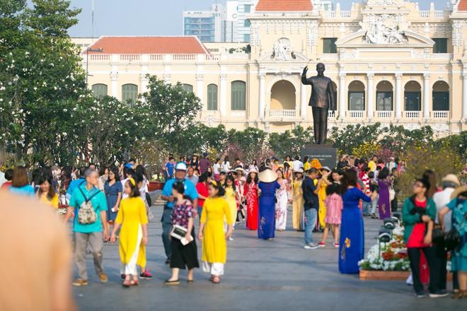 Người Sài Gòn nô nức tham quan đường hoa, hội hoa rực rỡ màu sắc - Ảnh 5.