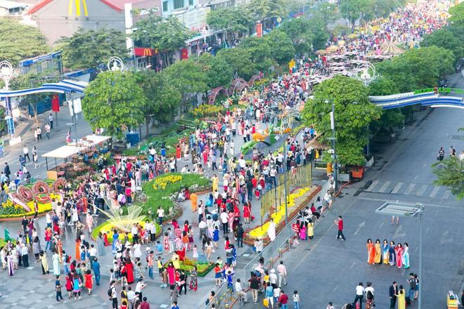 Người Sài Gòn nô nức tham quan đường hoa, hội hoa rực rỡ màu sắc - Ảnh 8.