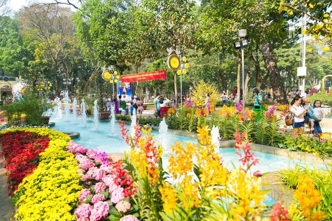 Người Sài Gòn nô nức tham quan đường hoa, hội hoa rực rỡ màu sắc - Ảnh 12.