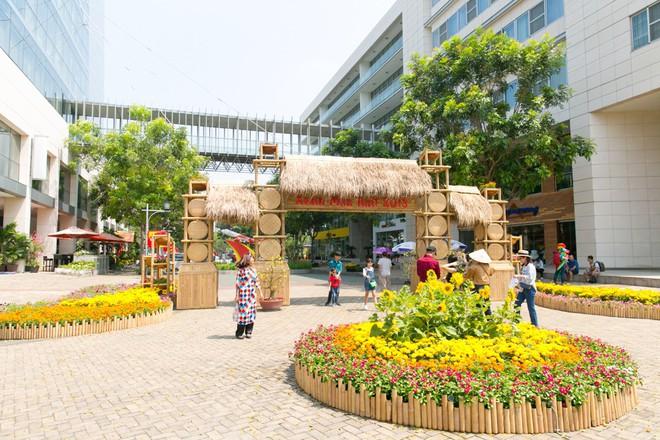 Người Sài Gòn nô nức tham quan đường hoa, hội hoa rực rỡ màu sắc - Ảnh 16.
