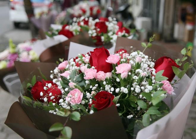 Shop hoa tươi, socola vắng tanh khách do Valentine đúng dịp Tết - Ảnh 1.