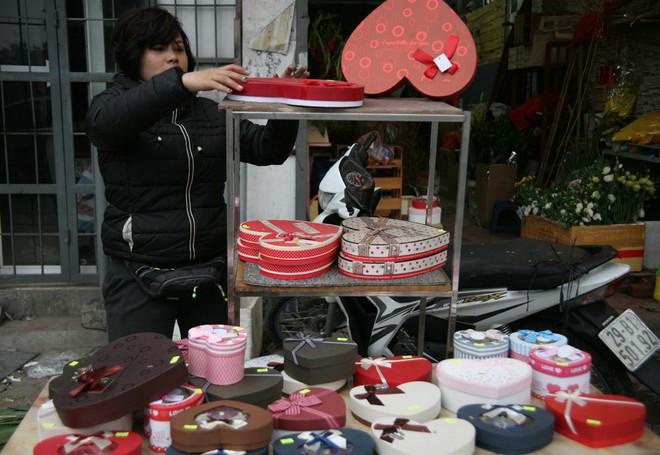 Shop hoa tươi, socola vắng tanh khách do Valentine đúng dịp Tết - Ảnh 2.