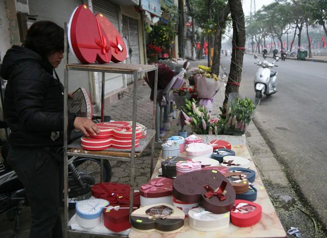 Shop hoa tươi, socola vắng tanh khách do Valentine đúng dịp Tết - Ảnh 3.