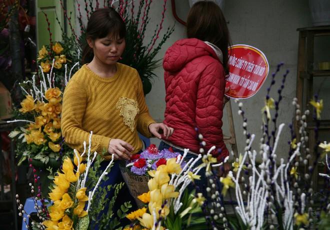Shop hoa tươi, socola vắng tanh khách do Valentine đúng dịp Tết - Ảnh 6.