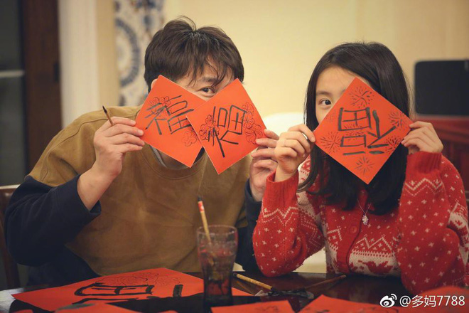 Nam tài tử Mùa quýt chín Huỳnh Lỗi viết chữ mừng xuân cùng con gái yêu - Ảnh 1.