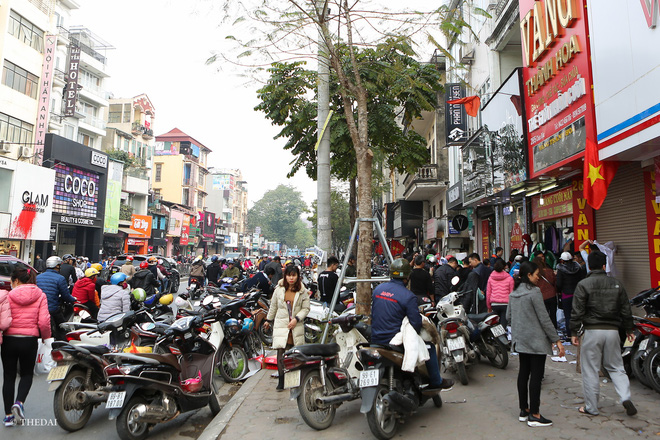 Hà Nội: 29 Tết, người dân vẫn xuống đường chèn nhau mua hàng giảm giá - ảnh 15
