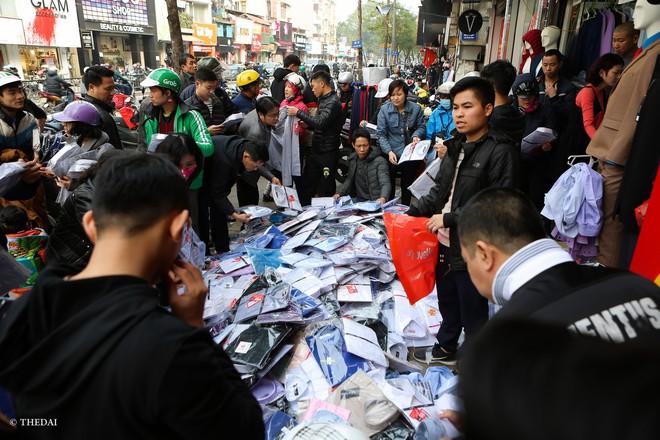Hà Nội: 29 Tết, người dân vẫn xuống đường chèn nhau mua hàng giảm giá - ảnh 4
