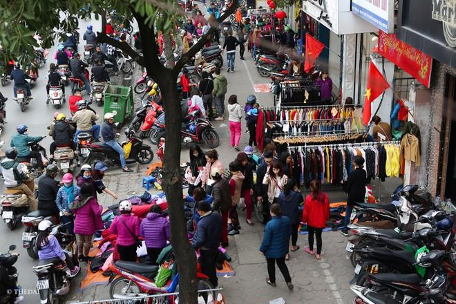 Hà Nội: 29 Tết, người dân vẫn xuống đường chèn nhau mua hàng giảm giá - ảnh 3