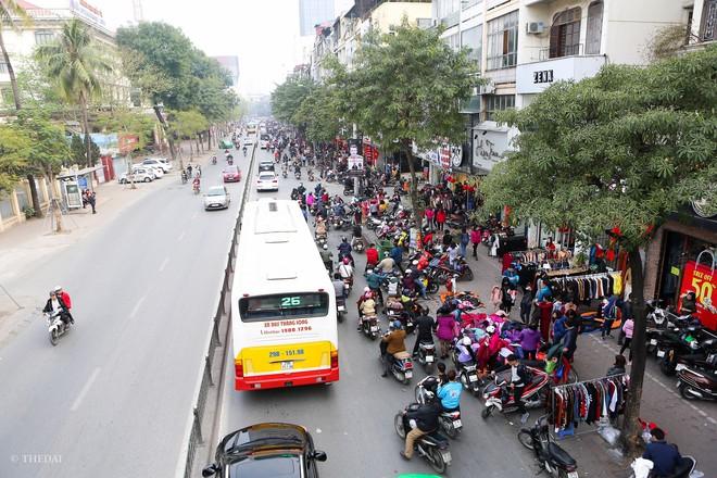 Hà Nội: 29 Tết, người dân vẫn xuống đường chèn nhau mua hàng giảm giá - ảnh 2