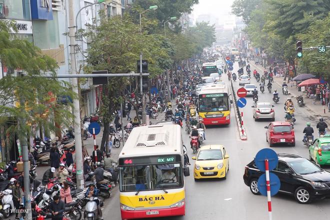 Hà Nội: 29 Tết, người dân vẫn xuống đường chèn nhau mua hàng giảm giá - ảnh 1