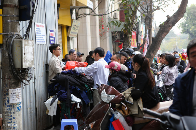 Hà Nội: 29 Tết, người dân vẫn xuống đường chèn nhau mua hàng giảm giá - ảnh 14
